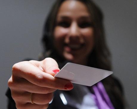 Hôtesse d'accueil qui remet une carte d'accès